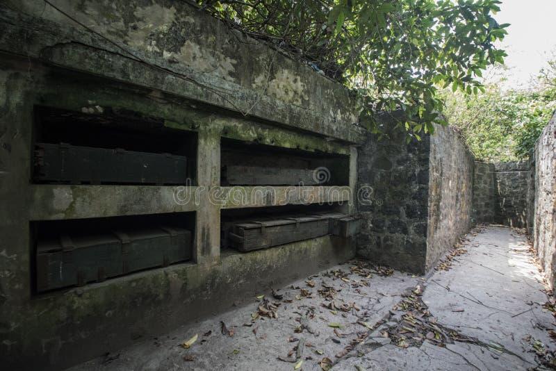 Depósito de munições em Cannon Fort em Cat Ba, Vietname foto de stock royalty free