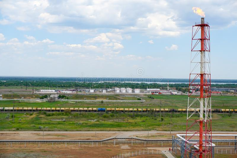 Depósito do óleo estrada de ferro, Carga dos tanques da estrada de ferro com produtos petrolíferos leves para a importação fotos de stock