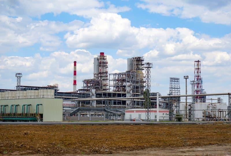Depósito do óleo estrada de ferro, transporte, tanque, trem, em uma refinaria em Rússia equipamento e complexos para o processame imagens de stock royalty free