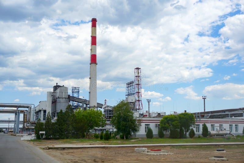 Depósito do óleo estrada de ferro, transporte, tanque, trem, em uma refinaria em Rússia equipamento e complexos para o processame imagem de stock