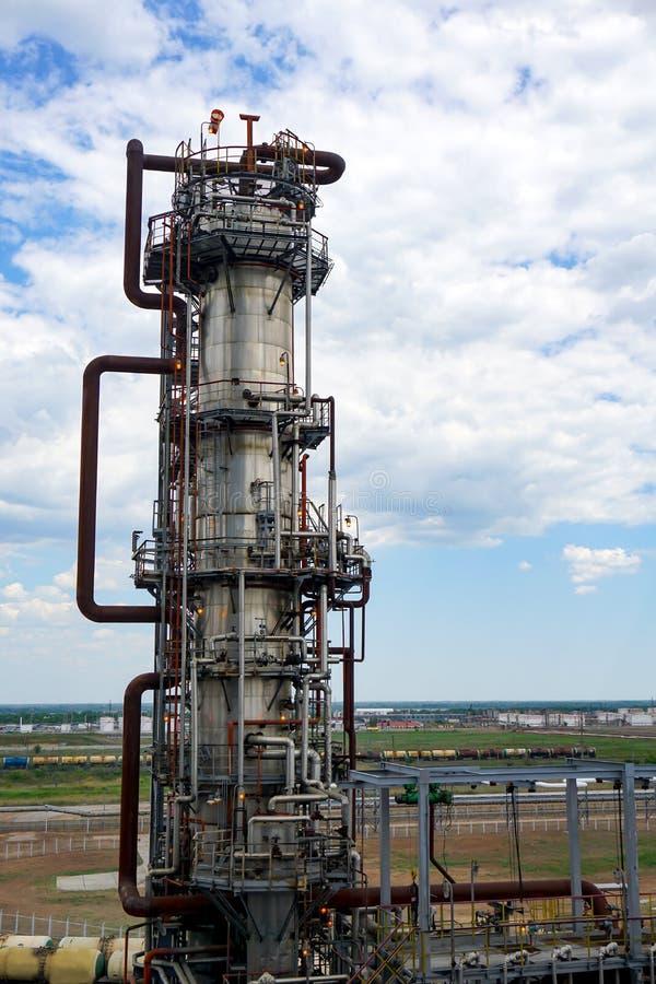 Depósito do óleo estrada de ferro, transporte, tanque, trem, em uma refinaria em Rússia equipamento e complexos para o processame fotos de stock