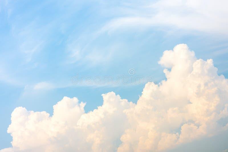 Depósito en el cielo azul con las nubes en verano foto de archivo libre de regalías