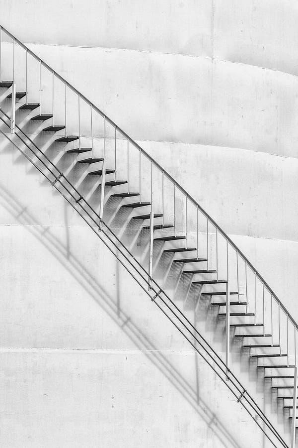 Depósito y escaleras de gasolina verticales foto de archivo