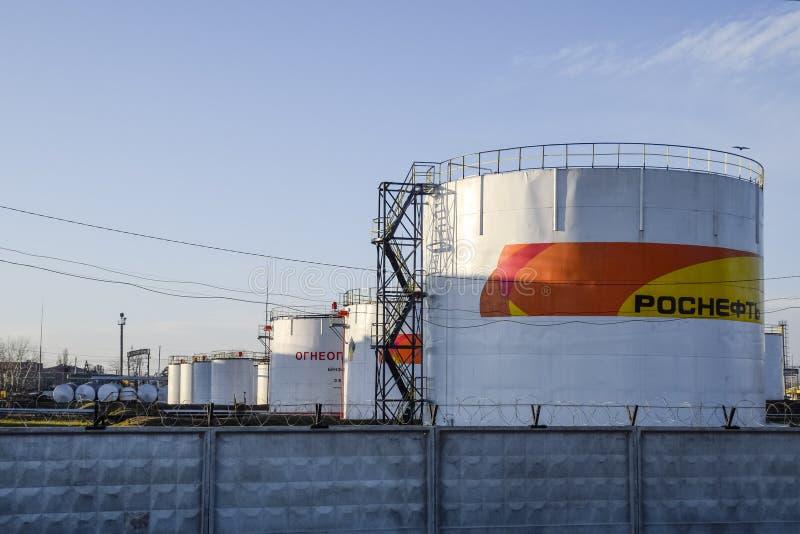 Depósitos con el combustible en el depósito del aceite de Rosneft Los tanques teniendo en cuenta el sol poniente fotografía de archivo libre de regalías
