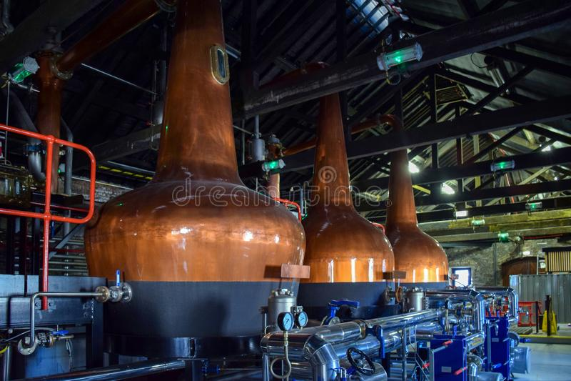 Depósitos de fermentación para hacer diversos tipos del whisky en la destilería imagenes de archivo