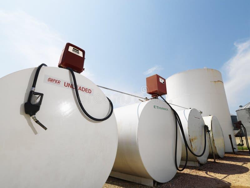 Depósitos de gasolina e bombas. foto de stock royalty free