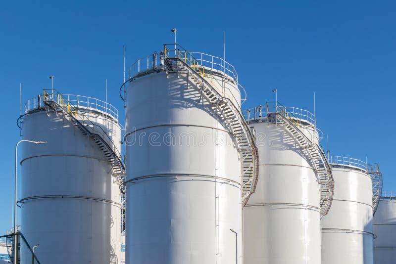 Depósitos de gasolina en la granja del tanque imagenes de archivo