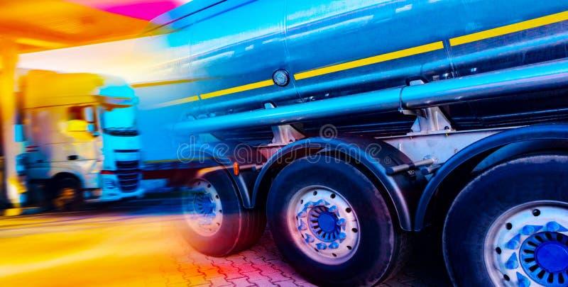 Depósitos de gasolina de enchimento do posto de gasolina fotos de stock royalty free