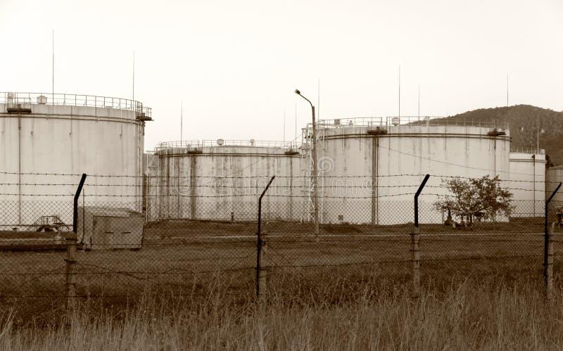 Download Depósitos De Gasolina Oxidados Velhos Enormes Foto de Stock - Imagem de manipulação, enorme: 26516384