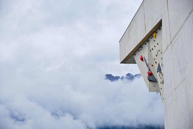 Depósitos de plástico en la pared de escalada de plomo en el Kletterzentrum Innsbruck Climbing Center Innsbruck, Austria, con nub fotografía de archivo