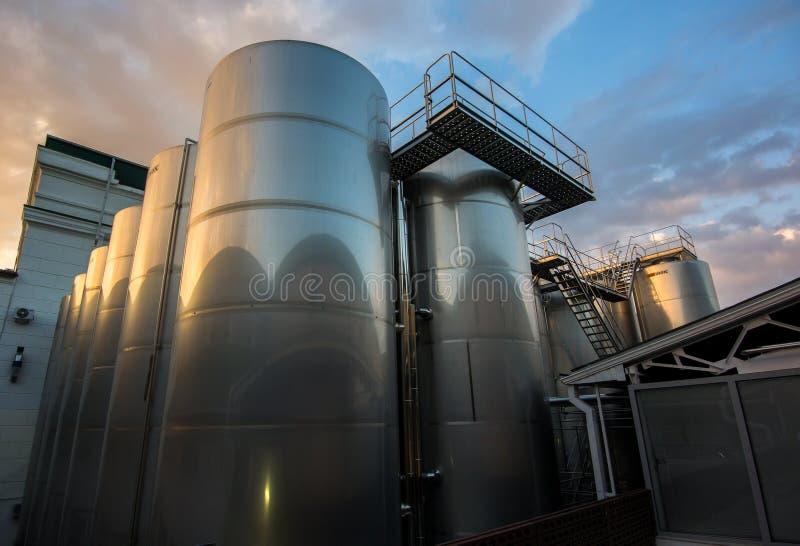 Depósitos grandes para la producción de vinos espumosos fotografía de archivo libre de regalías
