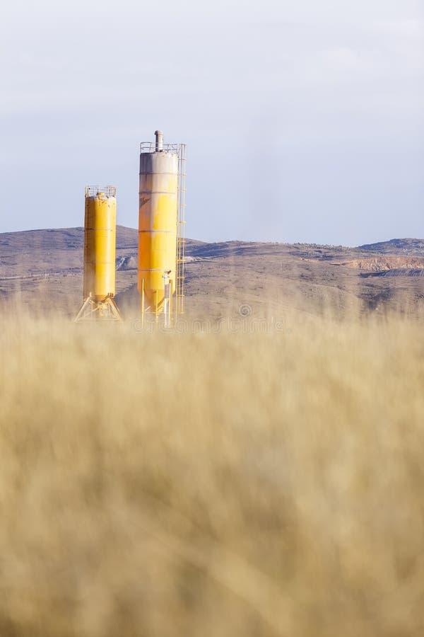 Download Depósitos Industriais Em Um Campo De Milho Foto de Stock - Imagem de ferro, silos: 29846318