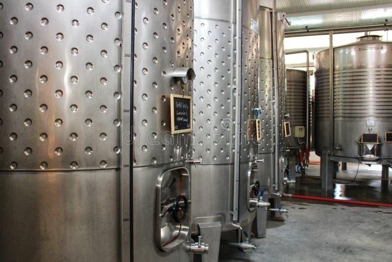 Depósitos para a fermentação e a fatura de vinho em Azeitao, Portugal fotos de stock