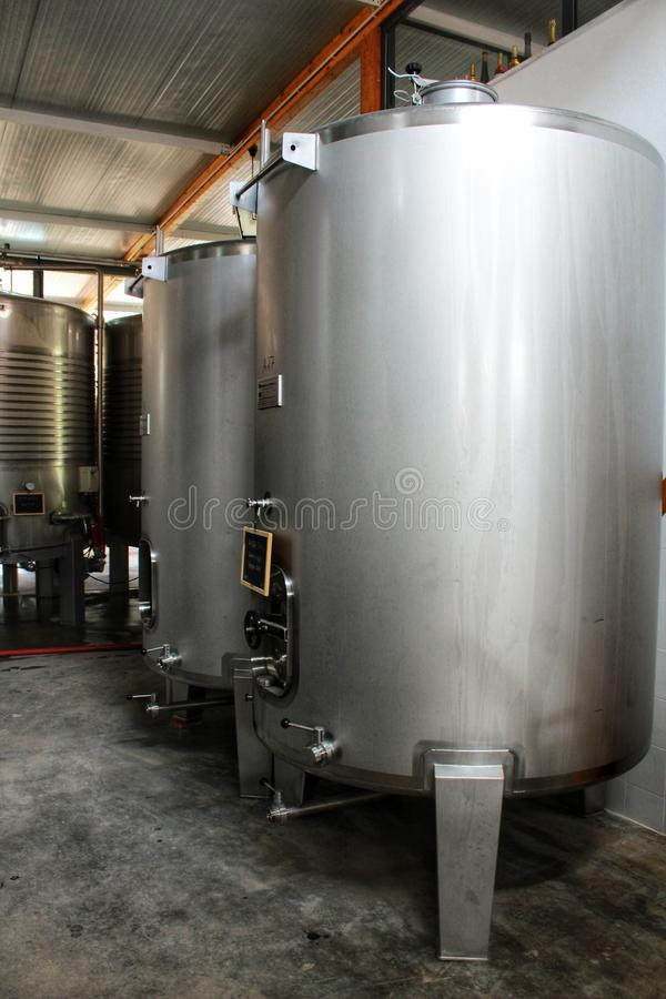 Depósitos para la elaboración de la fermentación y de vino en Azeitao, Portugal imagen de archivo libre de regalías