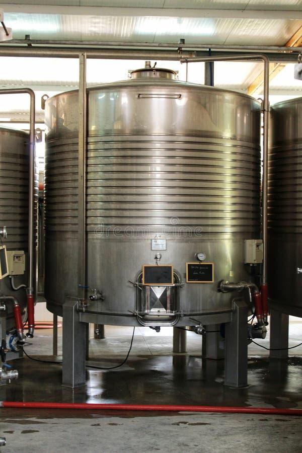 Depósitos para la elaboración de la fermentación y de vino en Azeitao, Portugal imagenes de archivo