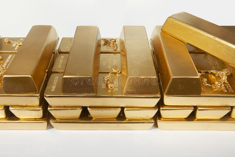 Dep?sito do ouro ilegal em uma quantidade de 500 quilos em tijolos padr?o imagem de stock royalty free