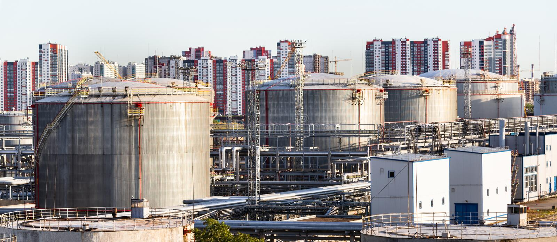Dep?sitos de gasolina en la granja del tanque Los tanques de aceite industriales grandes en terminal del almacenamiento del petr? imagenes de archivo