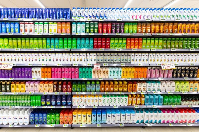 Departamento da higiene pessoal, produtos dos cuidados capilares, champô e condicionador fotografia de stock