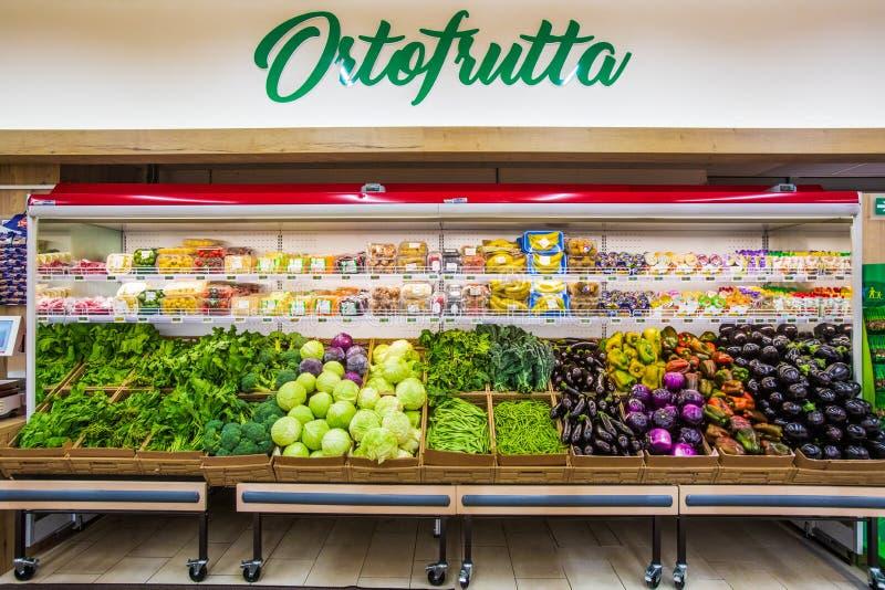 Departamento das frutas e legumes com variedades numerosas imagens de stock