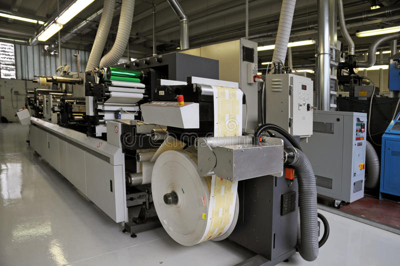 Departamento de impresión: Impresión ULTRAVIOLETA de la prensa del flexo foto de archivo