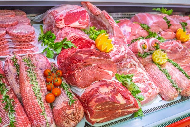 Departamento de la carne, escaparate con la variedad de carne en diversos cortes foto de archivo libre de regalías