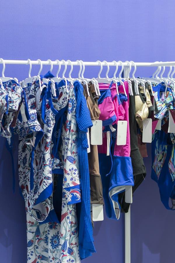Departamento de los bañadores en tienda de ropa Ropa interior de la mujer s Ropa interior en el estante Tienda al por menor, tien fotografía de archivo