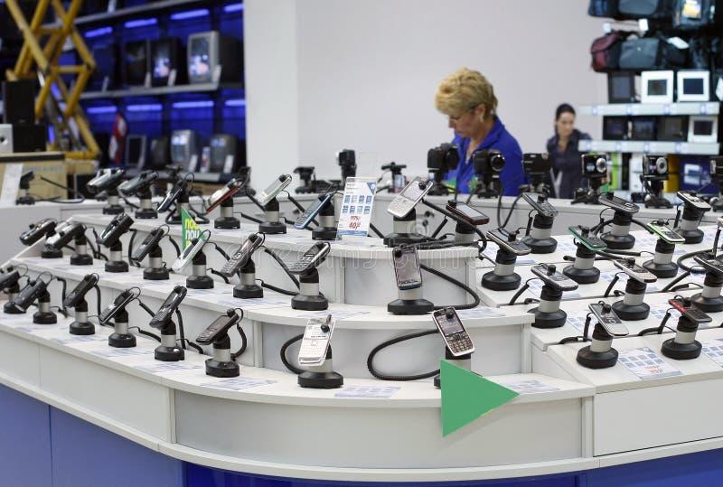 Departamento de ventas de los teléfonos móviles en un supermercado