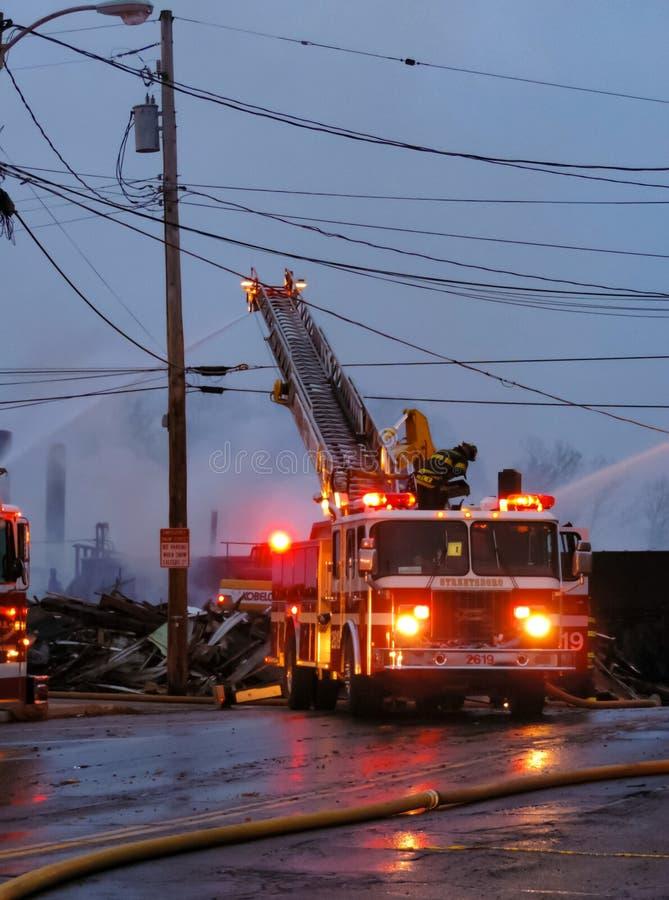 Departamento dos bombeiros que luta um fogo fotos de stock