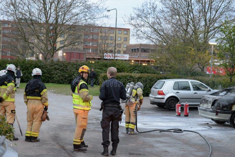 Departamento dos bombeiros que põe para fora o fogo do carro foto de stock royalty free