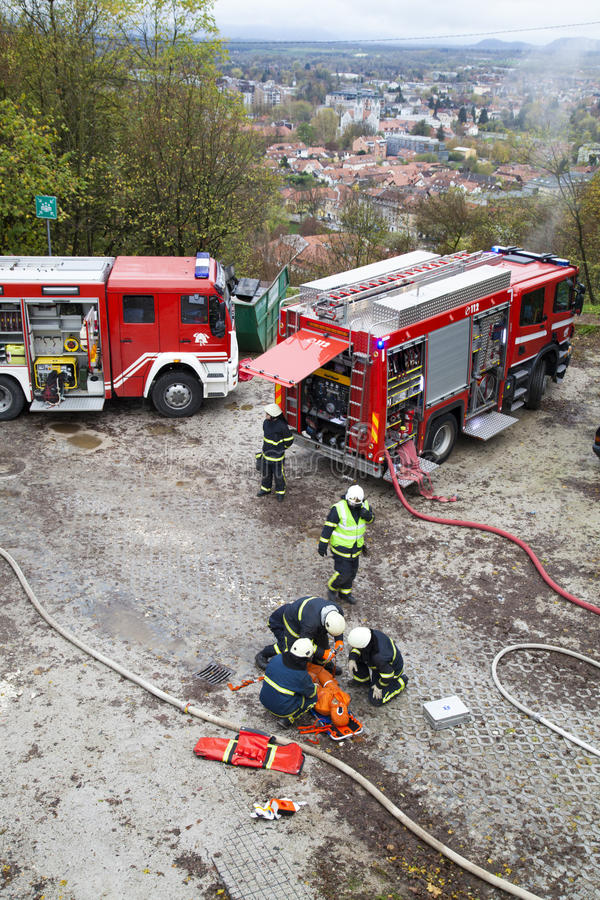 Departamentos dos bombeiros e equipes da resposta de emergencia na broca imagem de stock