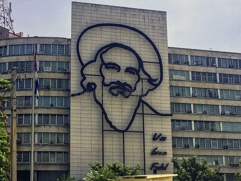 Departement av informationsbyggnad med en stålminnesmärke till den kubanska premiärministern Fidel Alejandro Castro Ruz - revolut fotografering för bildbyråer