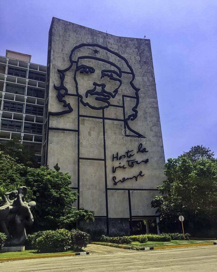 Departement av inrebyggnaden med en stålminnesmärke till den kubanska hjälten Ernesto Che Guevara - revolutionfyrkant, havannacig arkivbild