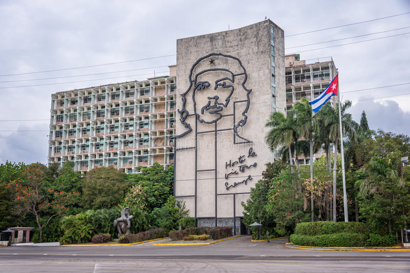 Departementet av inrebyggnaden med framsidan av Che Guevara lokaliserade i revolutionfyrkant, i havannacigarr royaltyfria bilder