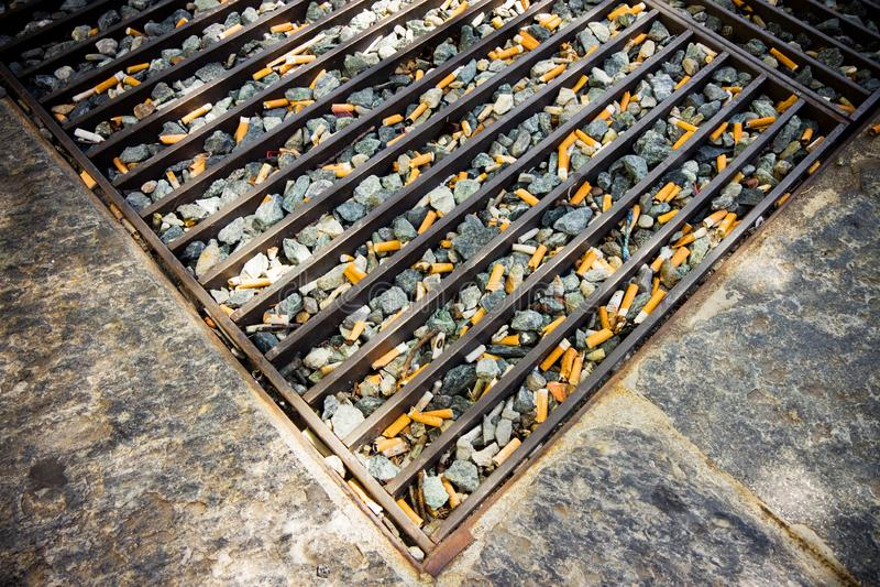 Dependencia de los cigarrillos - imagen del concepto imagen de archivo