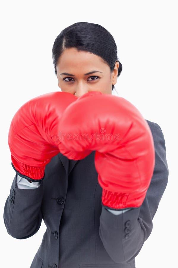 Dependienta beligerante con los guantes de boxeo imagenes de archivo