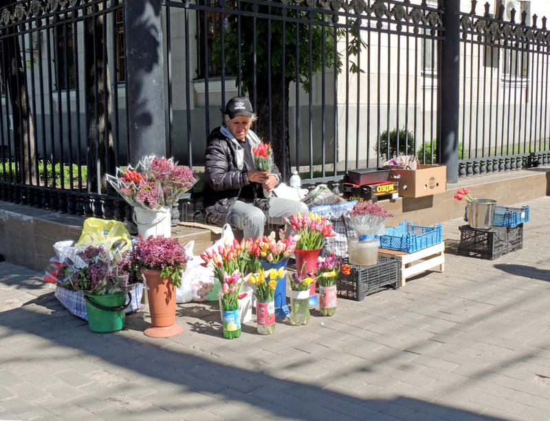 Dependienta de la calle de flores fotografía de archivo