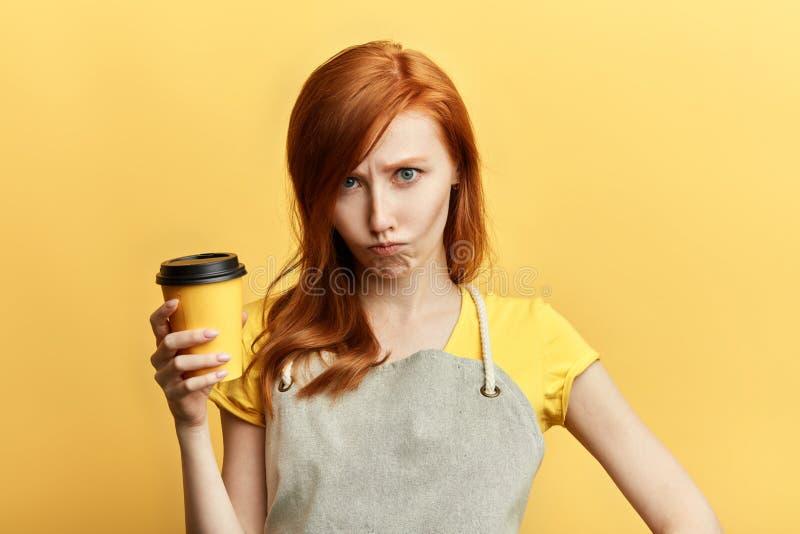 Dependienta infeliz triste con una taza de café fotografía de archivo