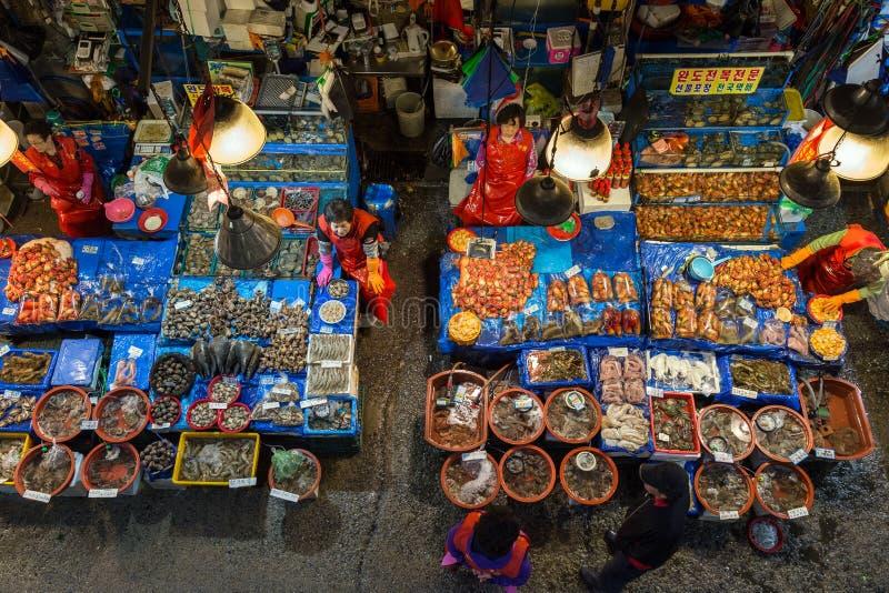 Dependientas y mariscos en el mercado de pescados de Noryangjin visto desde arriba fotos de archivo