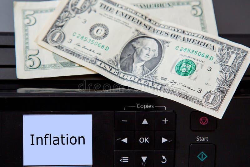 Deponować pieniądze, i ekonomiczny lub kryzys finansowy Inflacji i deprecjacji pieniądze pojęcie Drukarka i dolarowi rachunki obrazy stock