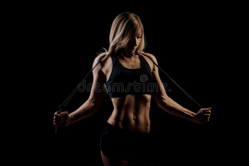 Deporte, actividad Mujer linda con la cuerda que salta fotografía de archivo libre de regalías