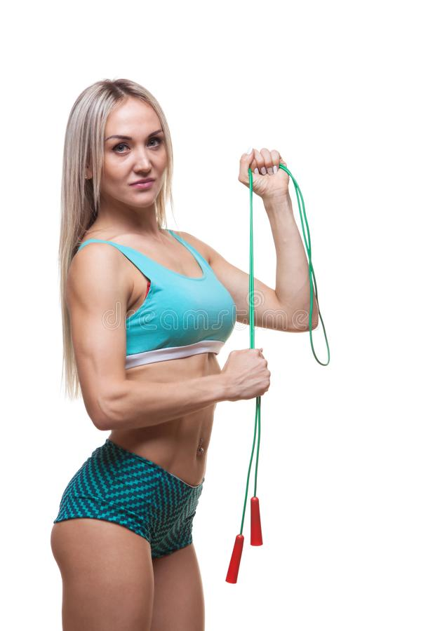 Deporte, actividad Mujer linda con la cuerda que salta Fondo muscular del blanco de la mujer imágenes de archivo libres de regalías
