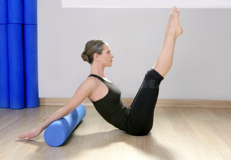Deporte azul de la mujer de los pilates del rodillo de la espuma imágenes de archivo libres de regalías