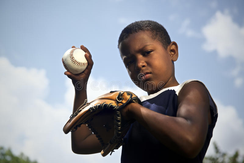 Deporte, béisbol y niños, retrato de la bola que lanza del niño fotografía de archivo libre de regalías