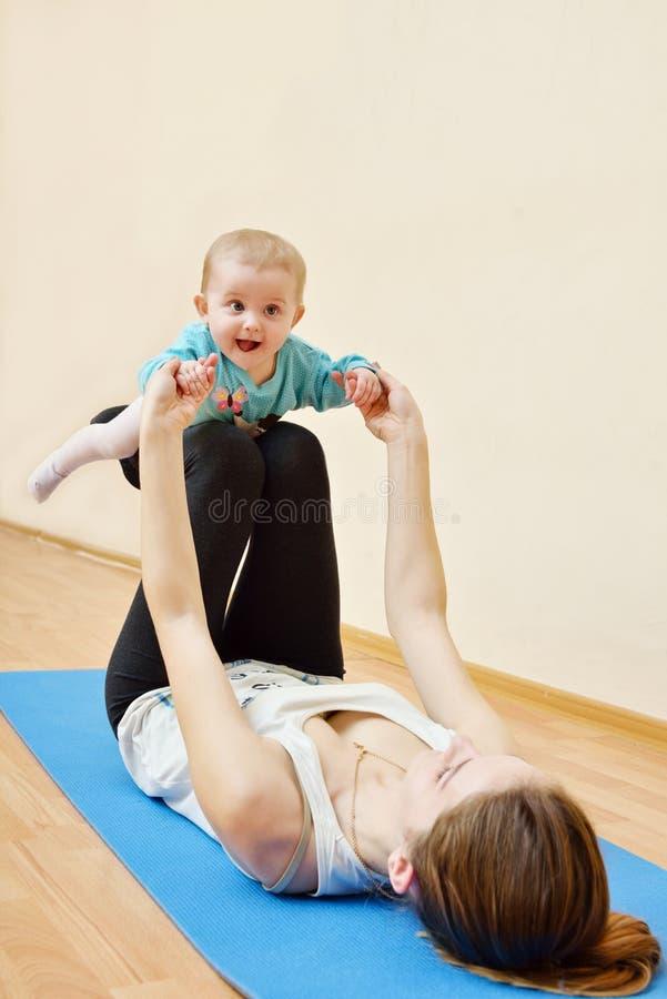 Deporte con el bebé foto de archivo libre de regalías