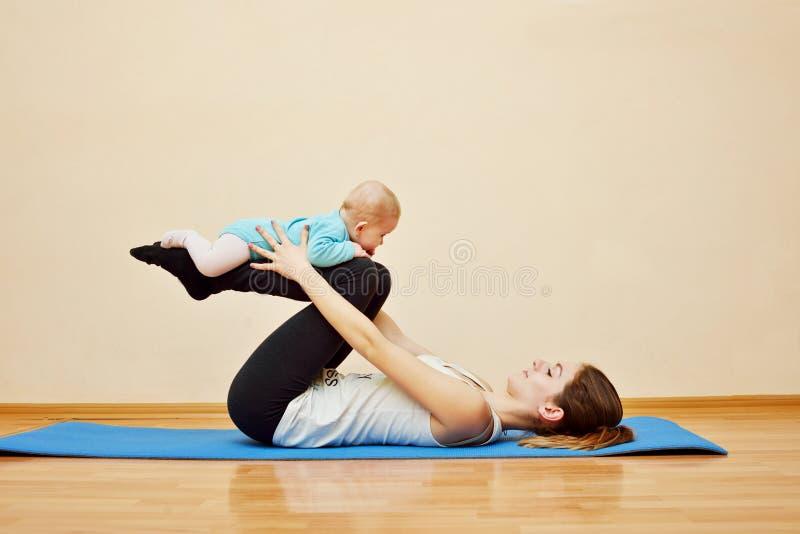 Deporte con el bebé imagen de archivo libre de regalías