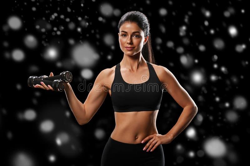 Deporte Concepto fuerte y hermoso del cuerpo de deporte de la mujer del invierno con imagen de archivo