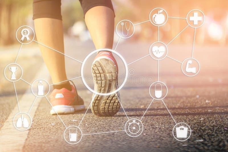 Deporte corriente Piernas y zapatos del corredor de la mujer en la acción en el ou de la pista foto de archivo