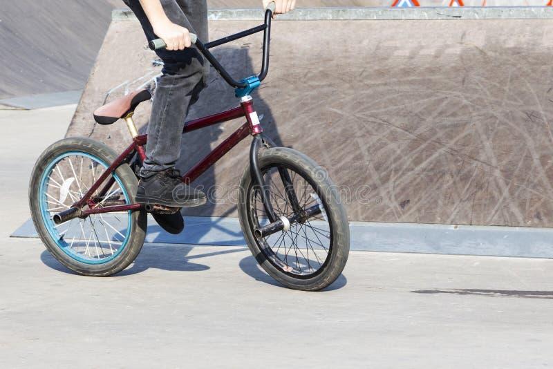 Deporte de Extrem El muchacho que salta con su calle-bici imágenes de archivo libres de regalías