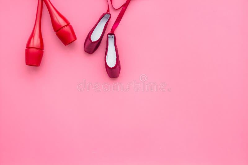 Deporte de la belleza para el concepto de las muchachas Macis para la gimnasia rítmica y zapatos de ballet en espacio rosado de l foto de archivo