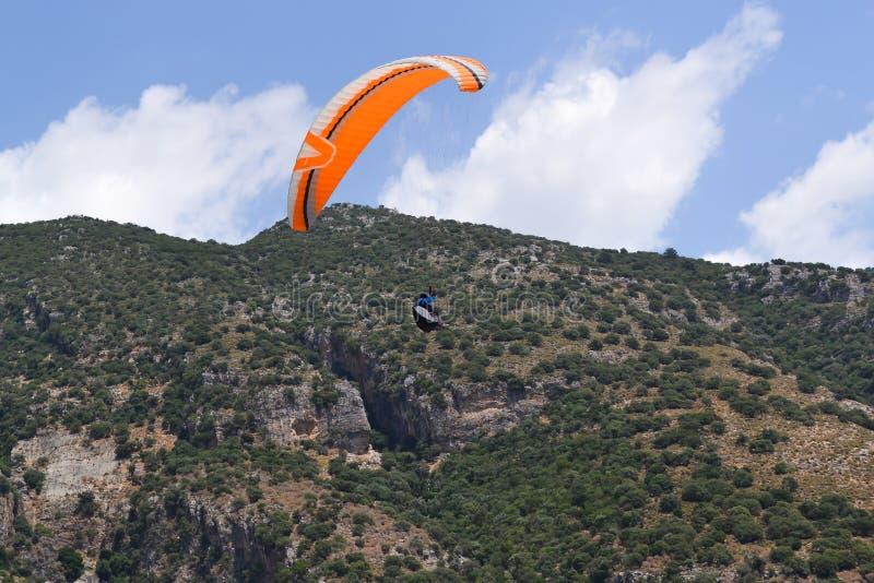 Deporte del extremo del Paragliding Alas flexibles junto que vuelan en un fondo del cielo fotografía de archivo